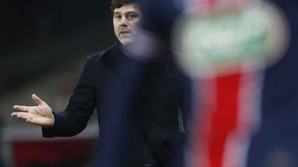 Mauricio Pochettino, detrás de un jugador del PSG