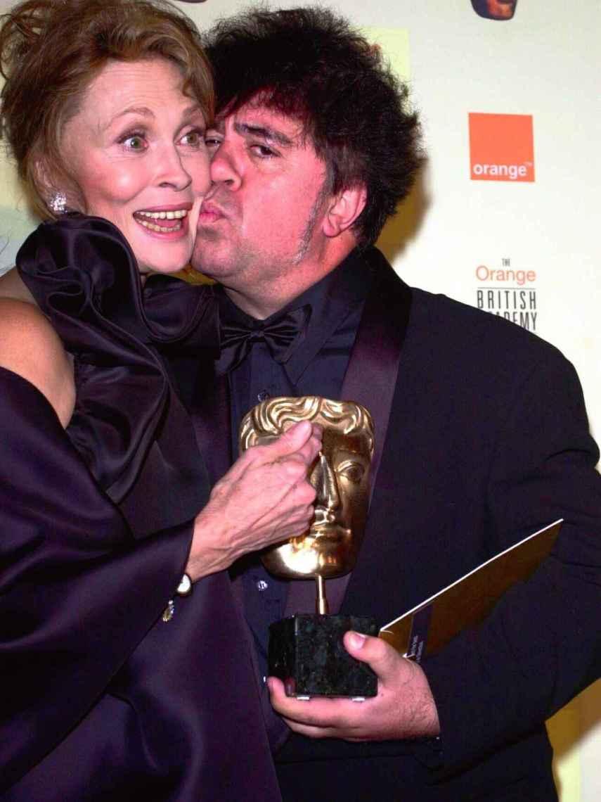 Almodóvar y Faye Dunaway en los BAFTA de 2000.