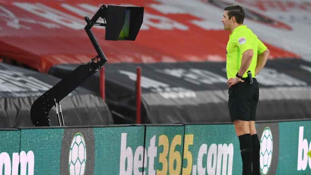 Un árbitro de la Premier League observando el VAR