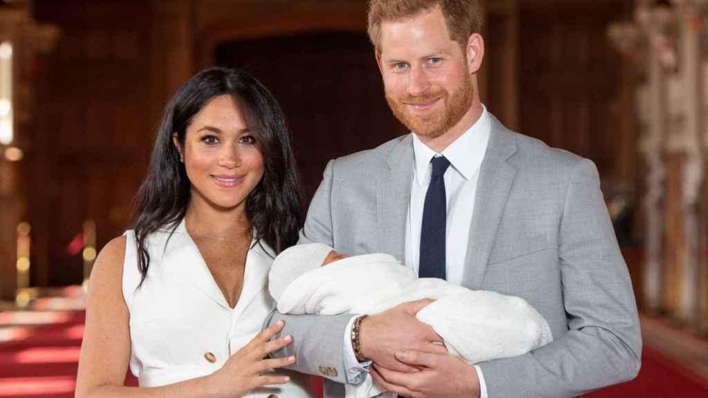 Meghan y Harry junto a su hijo Archie pocos días después de su nacimiento.