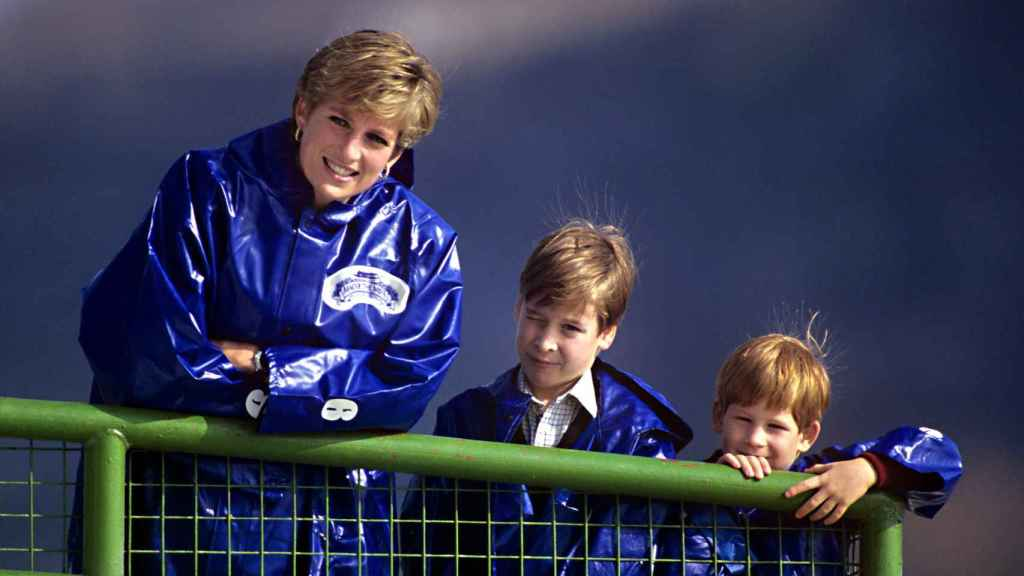 Diana de Gales y sus hijos, Guillermo y Harry, en una imagen de archivo.