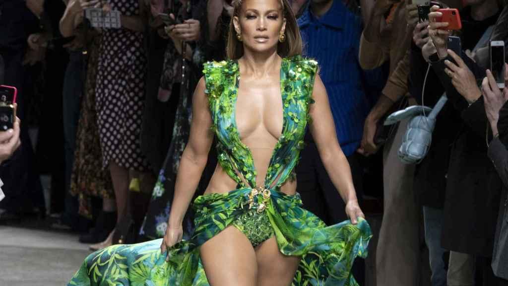 Jennifer Lopez desfilando con su Versace en la Semana de la Moda de Milán 2019.