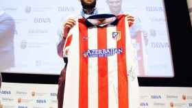 Carlos Matallanas, con una camiseta del Atlético de Madrid