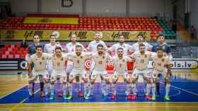 La selección española de fútbol sala posa antes del partido