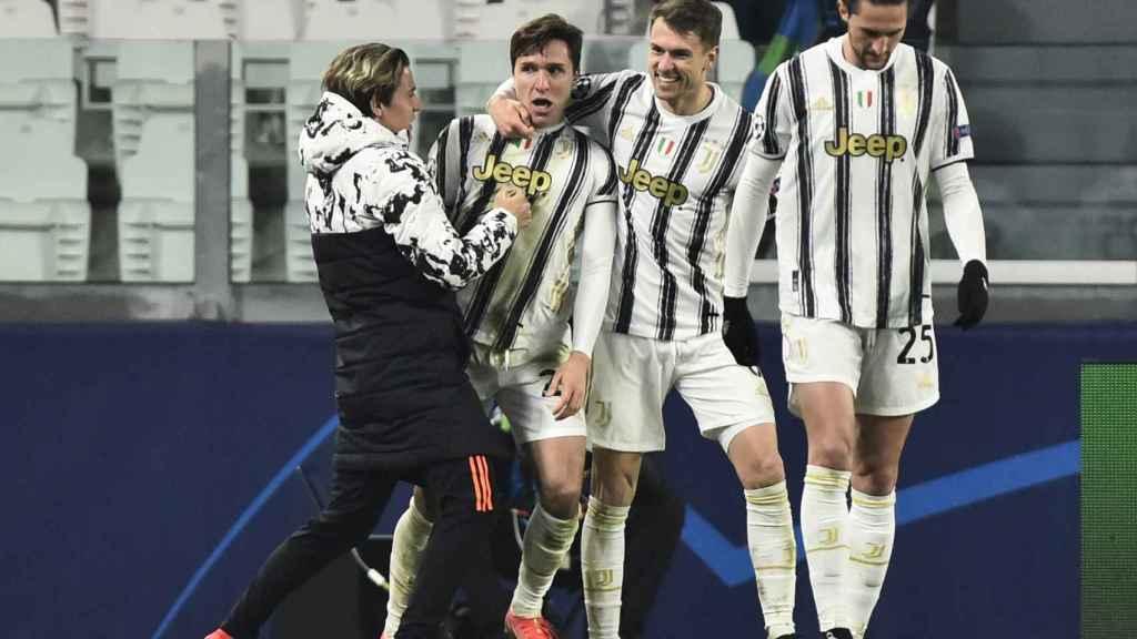 La Juventus celebra el gol de Chiesa