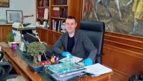 Jesús Monzó (Compromís), alcalde de Catarroja, posa en su despacho. EE