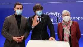 Toni Comín, Carles Puigdemont y Clara Ponsatí, en su rueda de prensa de este martes en la Eurocámara