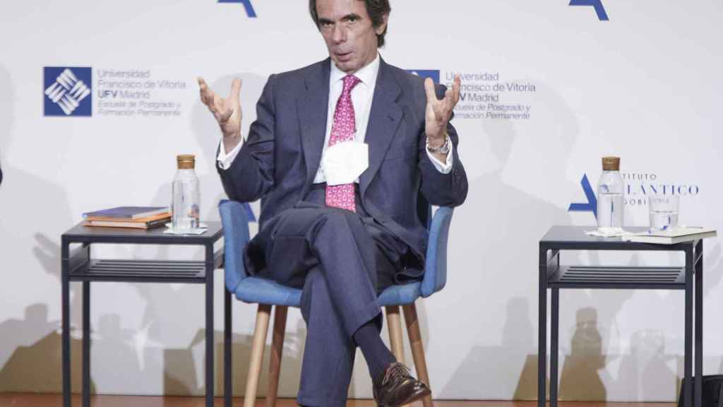 Aznar conversa con periodistas en la segunda sesión sobre la Constitución en la Universidad Francisco de Vitoria.