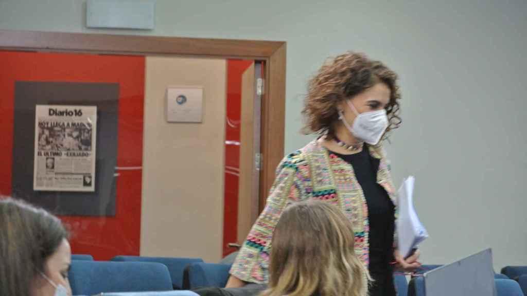 María Jesús Montero, entre periodistas, a su llegada a la sala de prensa del Consejo de Ministros.