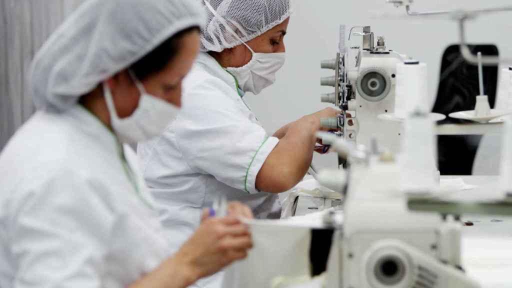 Mujeres trabajando en un laboratorio farmacéutico.
