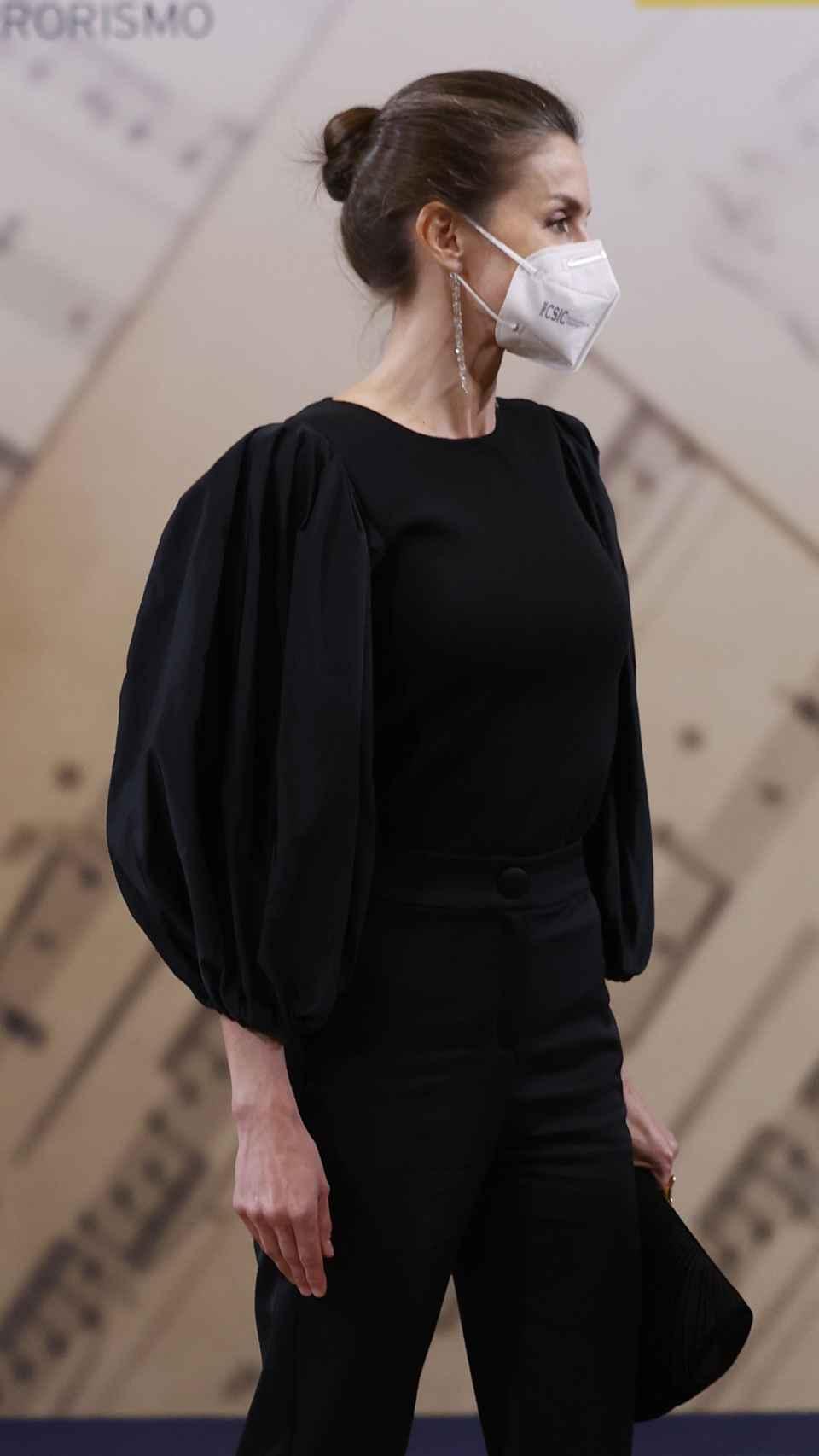 La Reina ha estrenado una blusa con mangas abullonadas en color negro.