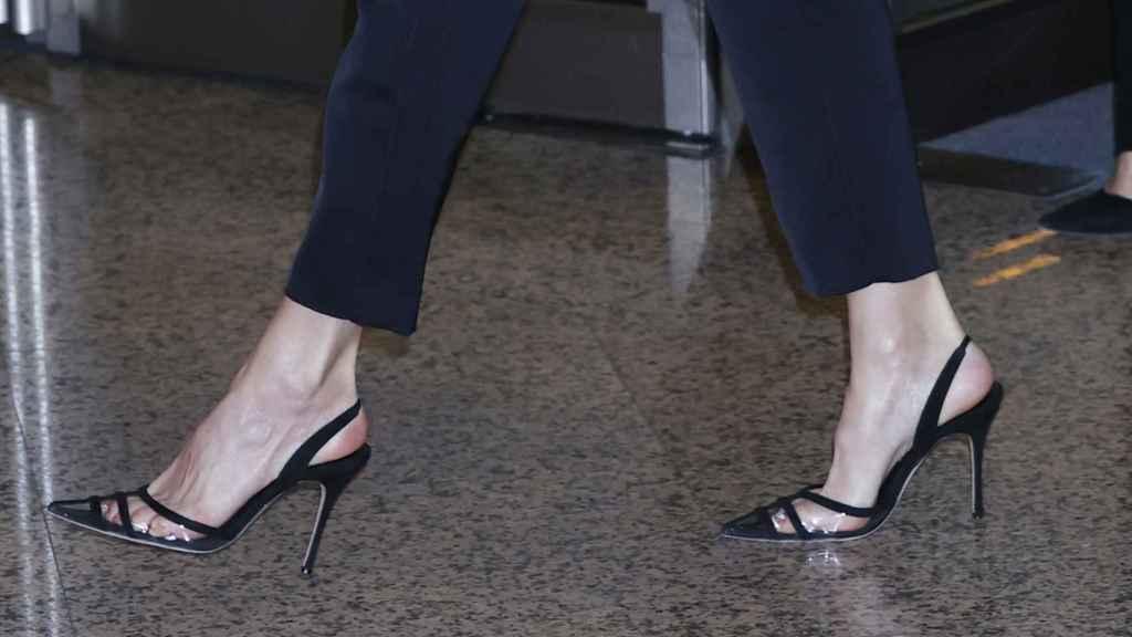 Los zapatos 'sling back' de Letizia son de Manolo Blahnik.