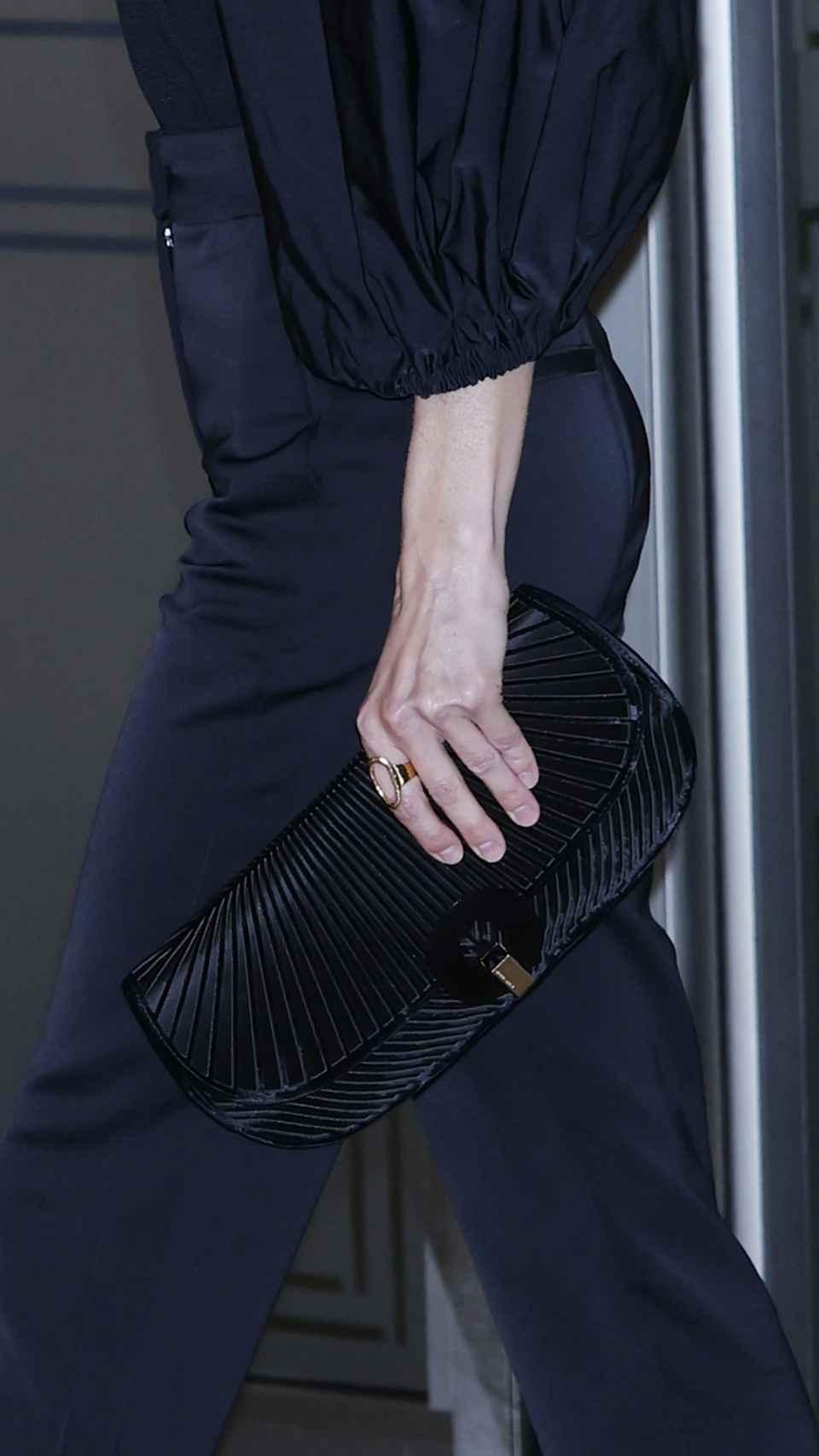 El bolso de Armani de la reina Letizia.