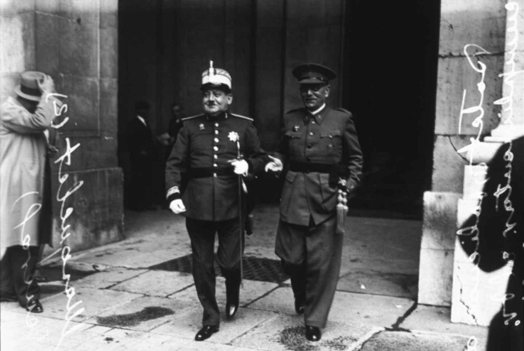 Los generales Masquelet y Goded tras una reunión con Azaña.