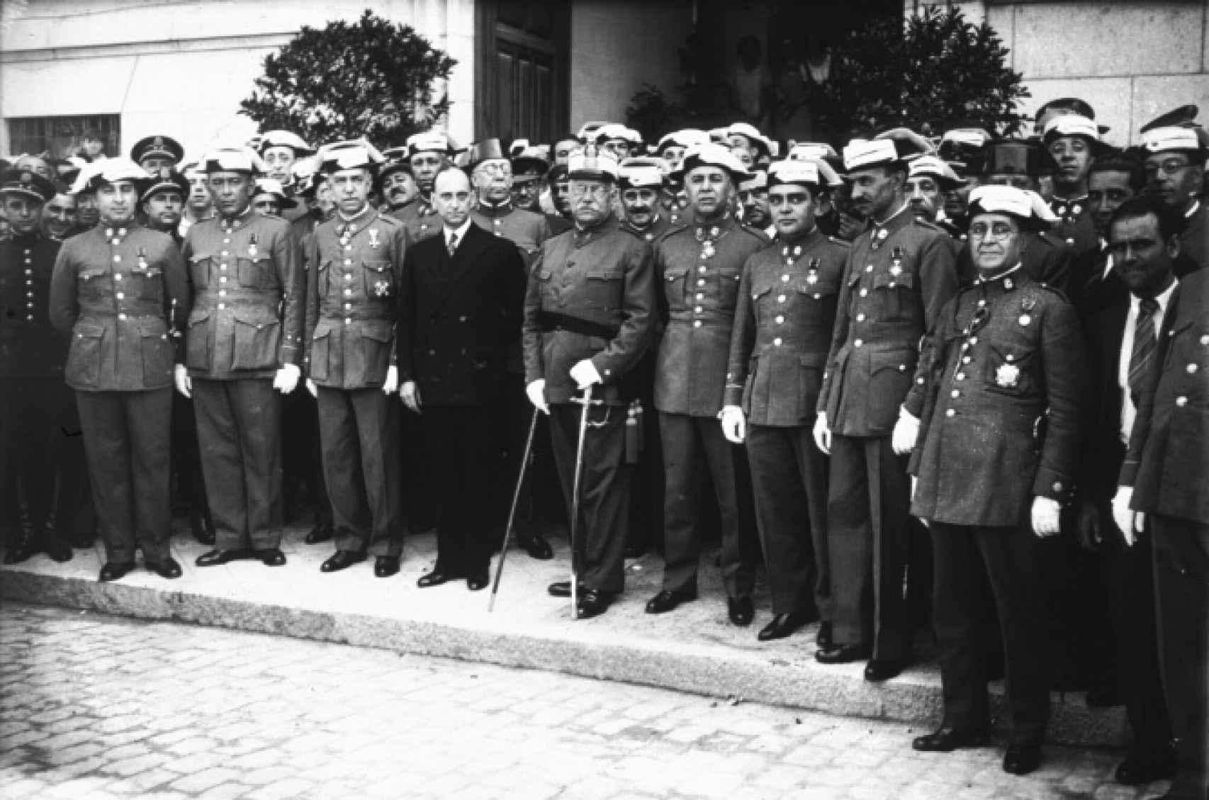 Casares Quiroga, en su etapa de ministro de la Gobernación, rodeado de militares.