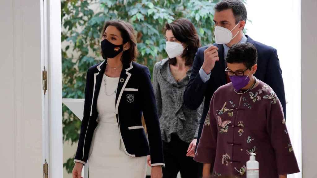 Sánchez, este miércoles en un acto en Moncloa con las ministras Maroto y Laya y (al fondo) Pilar Llop, presidenta del Senado.