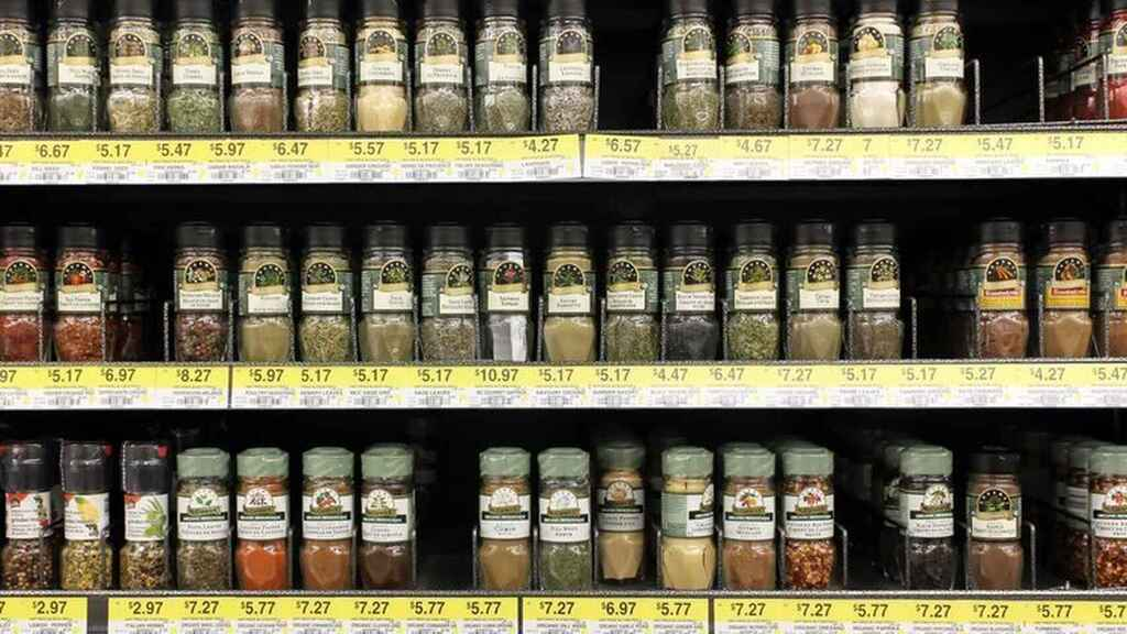 La estantería de un supermercado con distintas especias.