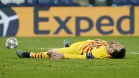 Leo Messi, tirado en el suelo tras acabar la primera mitad