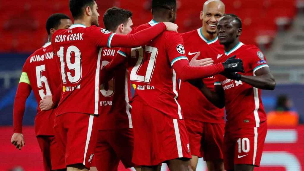 El Liverpool celebrando un gol en una piña