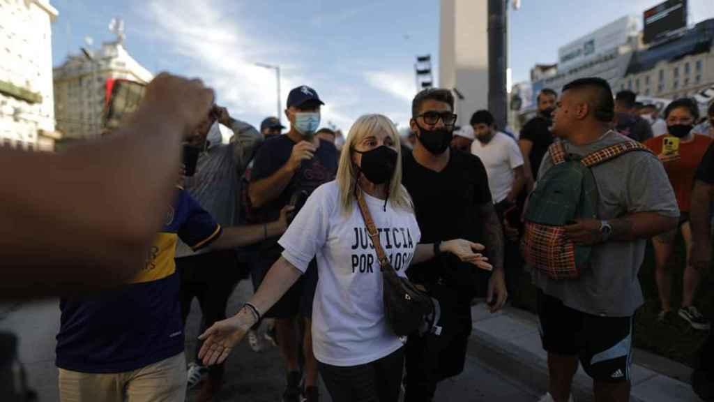 Claudia Villafañe, exmujer de Maradona, con una camiseta pidiendo justicia