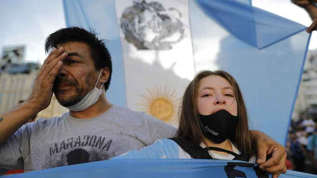 Dos aficionados, emocionados, durante la protesta a favor de Maradona