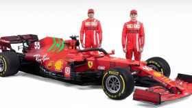 Carlos Sainz y Charles Leclerc con su Ferrari SF21