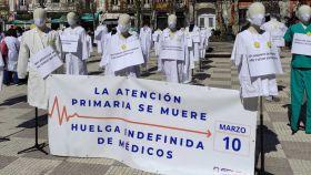 Imágenes de la movilización convocada este miércoles frente a la sede de la consejería de Hacienda.