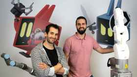 El CEO de Alias Robotics, Endika Gil Uriarte, junto a Víctor Mayoral, CTO y fundador. en las oficinas de Vitoria-Gasteiz.