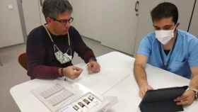 Un paciente prueba el kit de esencias para recuperar el olfato tras la Covid-19