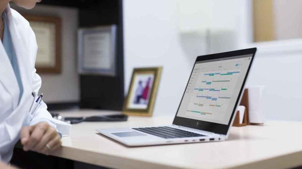 Una persona teletrabajando con su ordenador portátil. Foto: HP