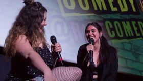 Las cómicas Penny Jay y Roxy Folclórica en el escenario durante un show de 2019.