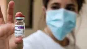 Una sanitaria sostiene una dosis de la vacuna de AstraZeneca.