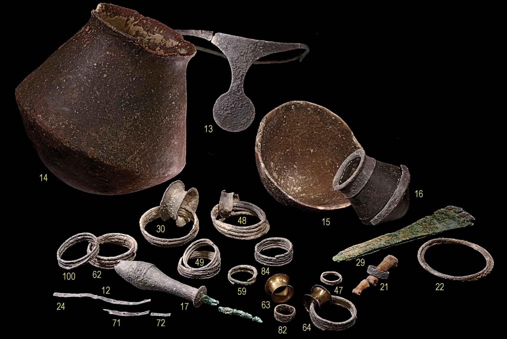 Algunas de las joyas halladas en la tumba 38, entre las que destaca la diadema de plata.