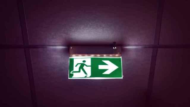 Un luminoso indica una salida de emergencia.