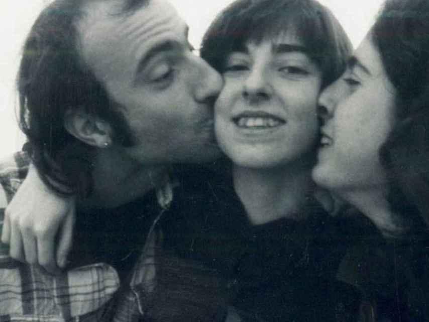 Helena en una foto con sus hermanos