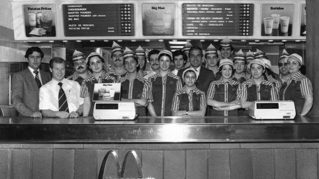 Los trabajadores del primer McDonald's de España, situado en la calle Gran Vía de Madrid.