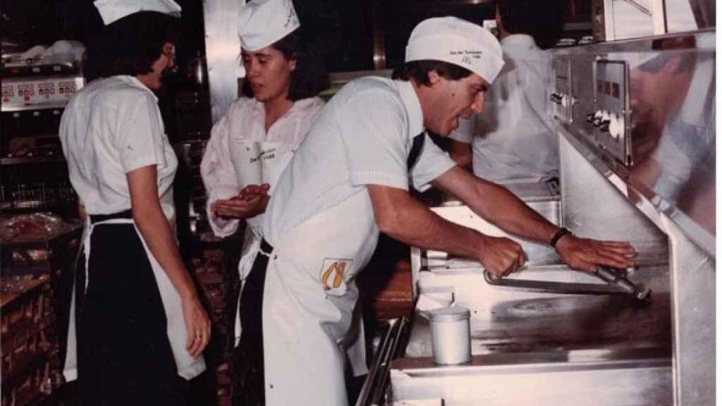 Santiago Gómez en el primer restaurante de McDonald's en 1981.