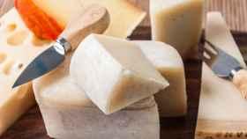 Una tabla con diferentes tipos de queso.