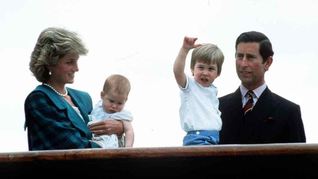 Diana y Carlos junto a sus hijos, en una imagen de archivo.
