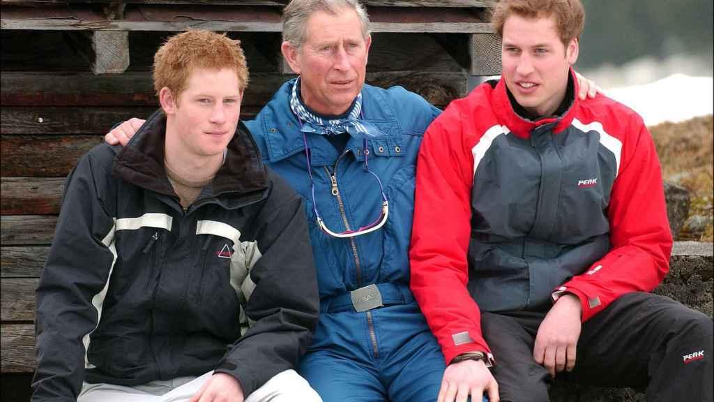El príncipe Carlos con sus hijos, Harry y Guillermo, en una imagen de archivo.