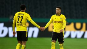 Sancho y Bellingham se saludan en un partido con el Borussia Dortmund