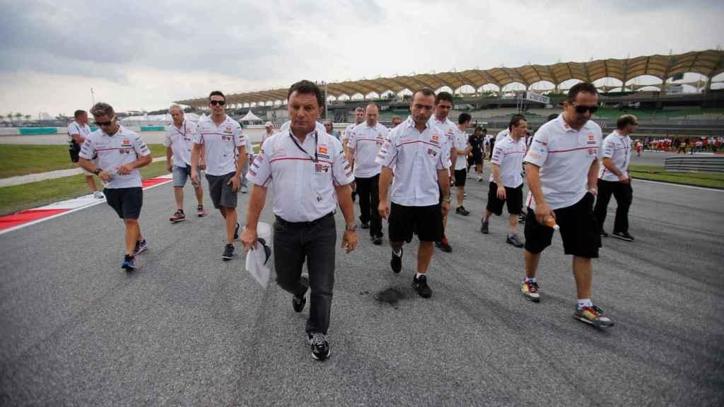 El equipo de Honda MotoGP, con Gresini a la cabeza, en el circuito de Sepang
