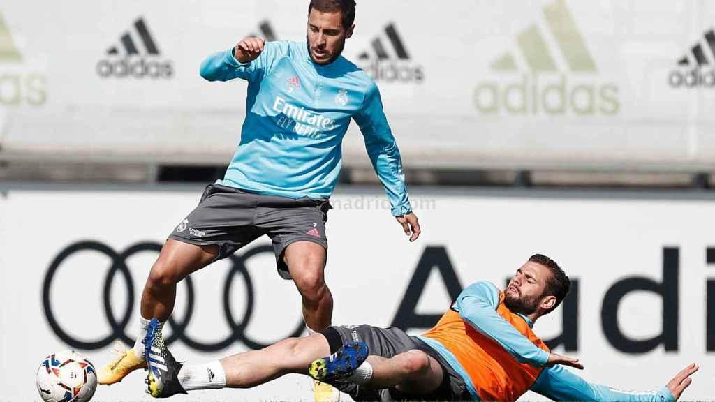 Eden Hazard y Nacho Fernández, durante un entrenamiento con el Real Marid