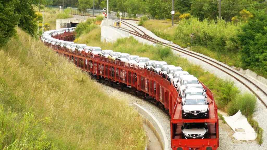 Imagen de un tren transportando vehículos de la marca Seat.