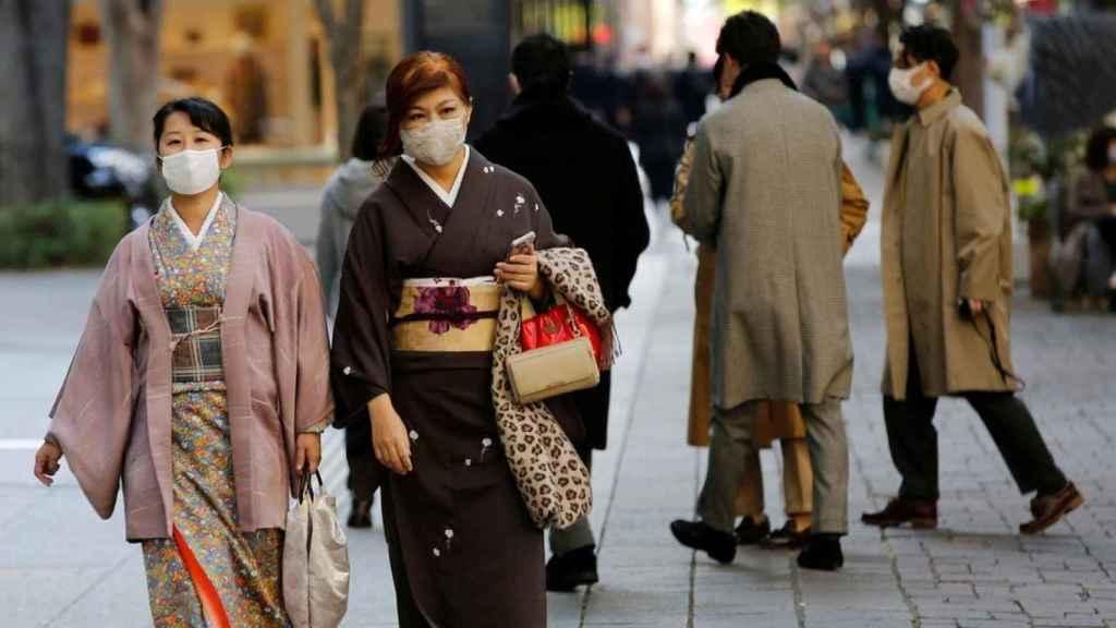 Dos mujeres caminan por Tokio, en Japón.