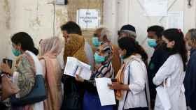 Varias personas hacen cola para recibir la primera dosis contra la Covid en Karachi, Pakistán.