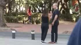 Hugo López-Gatell con su pareja en la calle tras haber dado positivo.