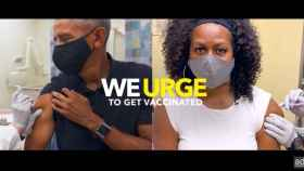 Barack y Michelle Obama vacunándose.