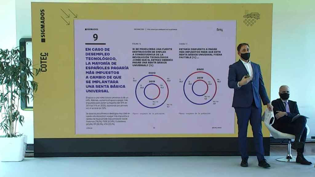 El director de Economía de Cotec, Aleix Pons, y el coordinador de la encuesta por Sigma Dos, César González, durante la presentación.