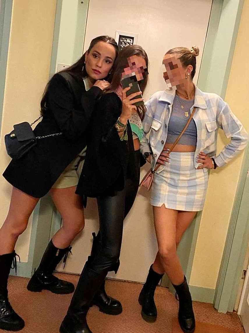 Carolina Monje, junto a sus amigas.